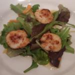 St. Jakobsmuscheln auf Salat mit Mandarinensaft